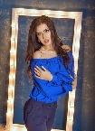 Frau in blauer Bluse